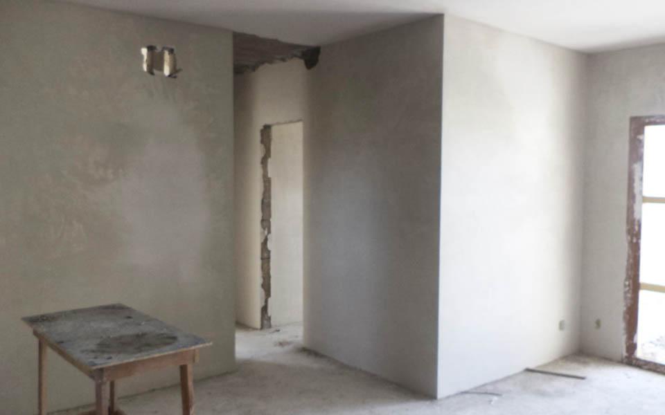 Aplicação de gesso nas paredes e teto