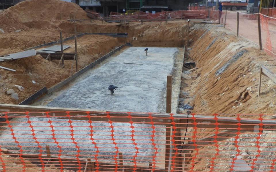 Escavação da fundação das piscinas