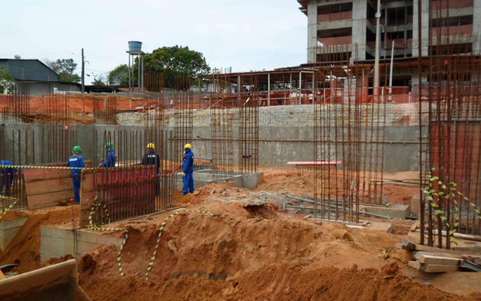 Torre 2, montagem dos pilares de subsolo