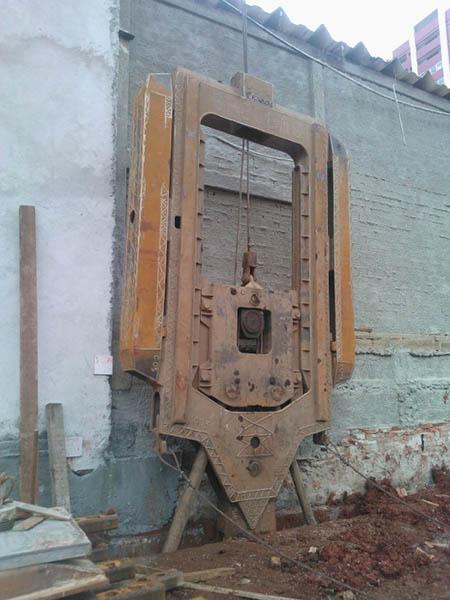 Escavação de lamelas da contenção