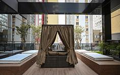 Descanso externo da piscina do residencial - The Five Home - Tecnisa