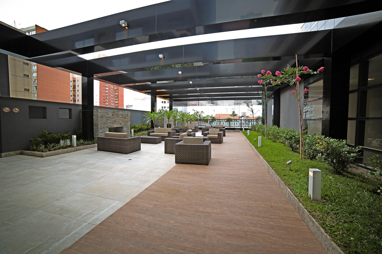 Lounge externo do hotel e residencial